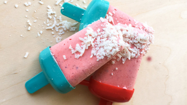 Popsicleveganà la fraise, lime, mentheet à la noix de coco| Sparks and Bloom
