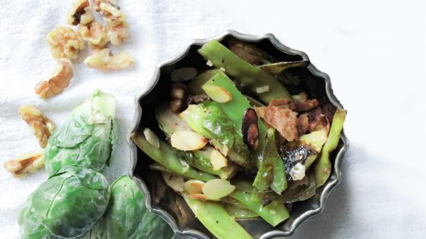 Salade chaude sur le BBQ de choux deBbruxelles, pois mange-tout, bacon et noix | Sparks and Bloom