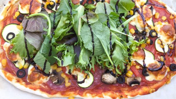 Pizza croûte mince de salami de Gênes, légume d'été et fromage mozzarella