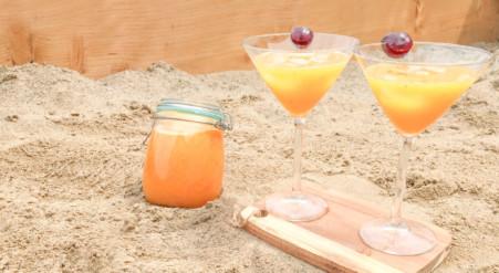 Limonade d'été aux pêches et à la mangue