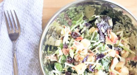 Salade de kale aux pommes, bacon, canneberges et noix