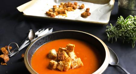 Soupe crémeuse aux tomates et haricots blancs, avec croutons de parmesan | Sparks and Bloom