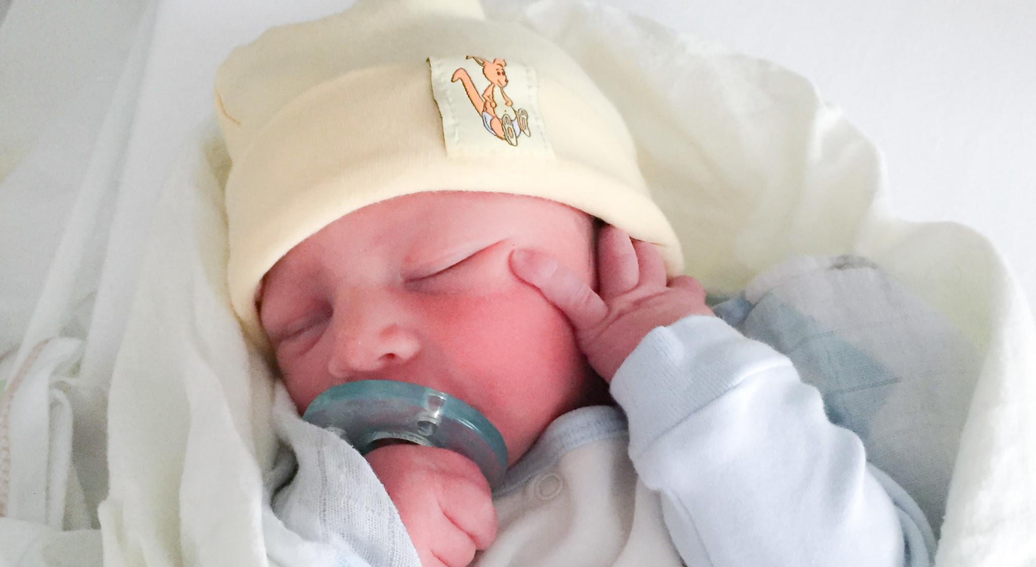Breaking news : Tu n'es pas obligé de donner le premier bain de ton bébé à l'hôpital | Sparks and Bloom
