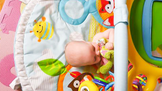 Choisir le bon tapis d'éveil pour bébé | Sparks and Bloom